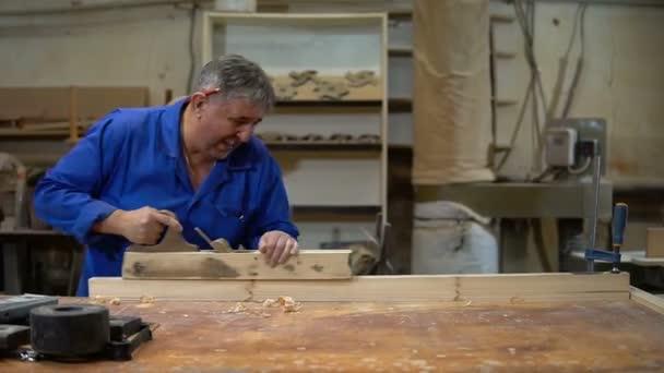 Carpenter ve studiu, pracovník hoblování strom s na hoblík