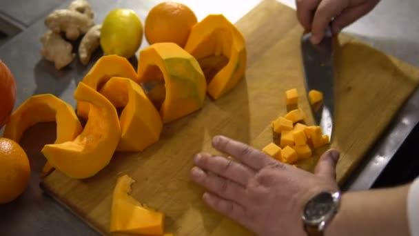 Kuchař kusy velké dýně v kuchyni do malé kousky detail vařit polévku