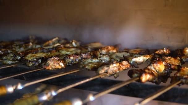 Closeup masa vaření na špíz na uhlí