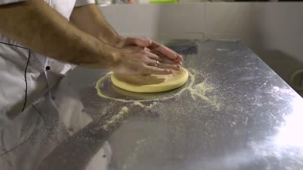 Kochen Sie in der Küche und bereitet ein rundes Brot Produkt, drehen und seine Hände kneten