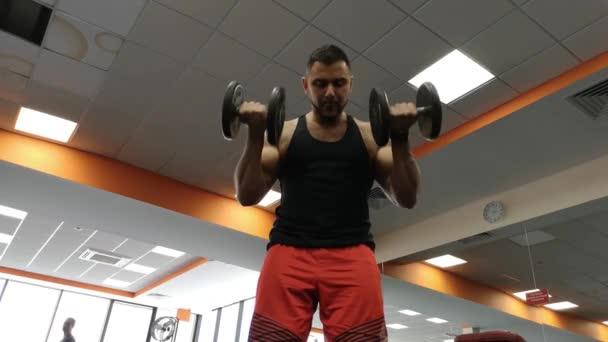 Činka muž v tělocvičně cvičení biceps fitness vzpírání