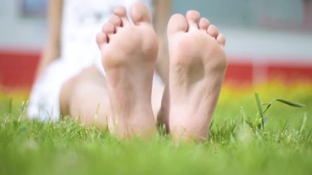 Dětská noha na zelené trávě