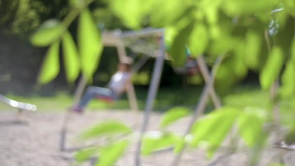 Kinder auf der Schaukel auf dem Spielplatz