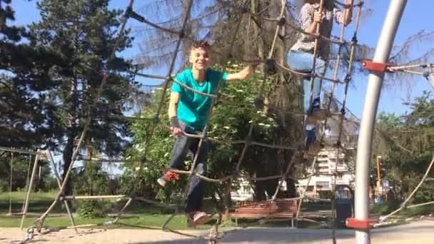 Bambini nel parco avventura