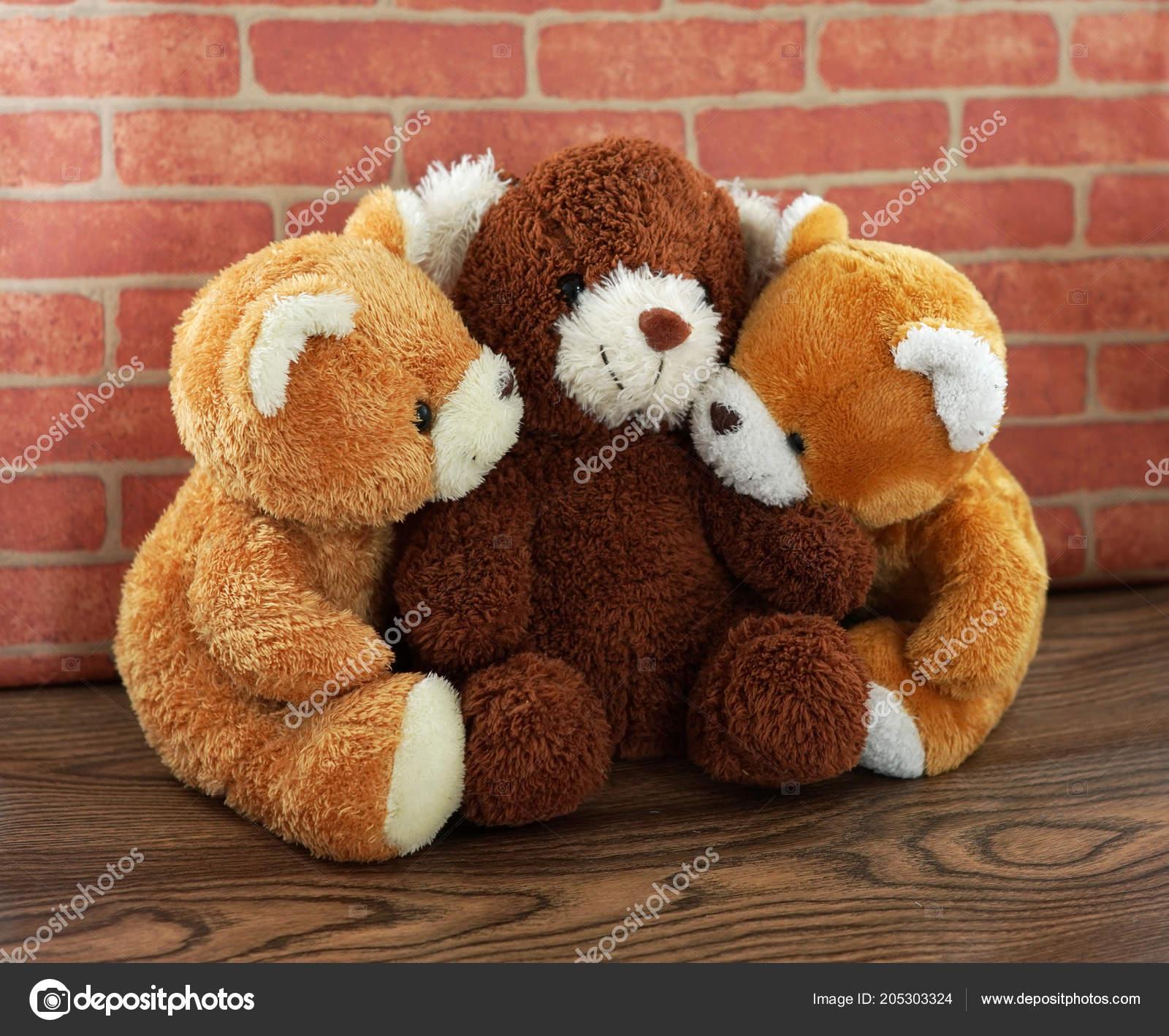 Abraço de urso três e boneca marrom e marrom com vindima claro — Foto de  alicebuddy fea0ab77ff909