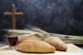 selektiver Fokus auf Brot und Traubengetränk und Standholzkreuz