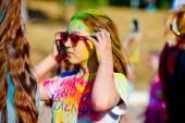 Bakhchisarai, Ruská federace-29. června 2019. Zavřít holku je tvář rozmazanou barvami. Koncept pro indické barvivy holi nebo festival sdílení lásky