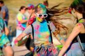 Bakhchisarai, Ruská federace-29. června 2019. Ta dívka ve sluneční uličce v tanečních na prázdninách Holi Festival. Koncept pro indické barvivy holi nebo festival sdílení lásky