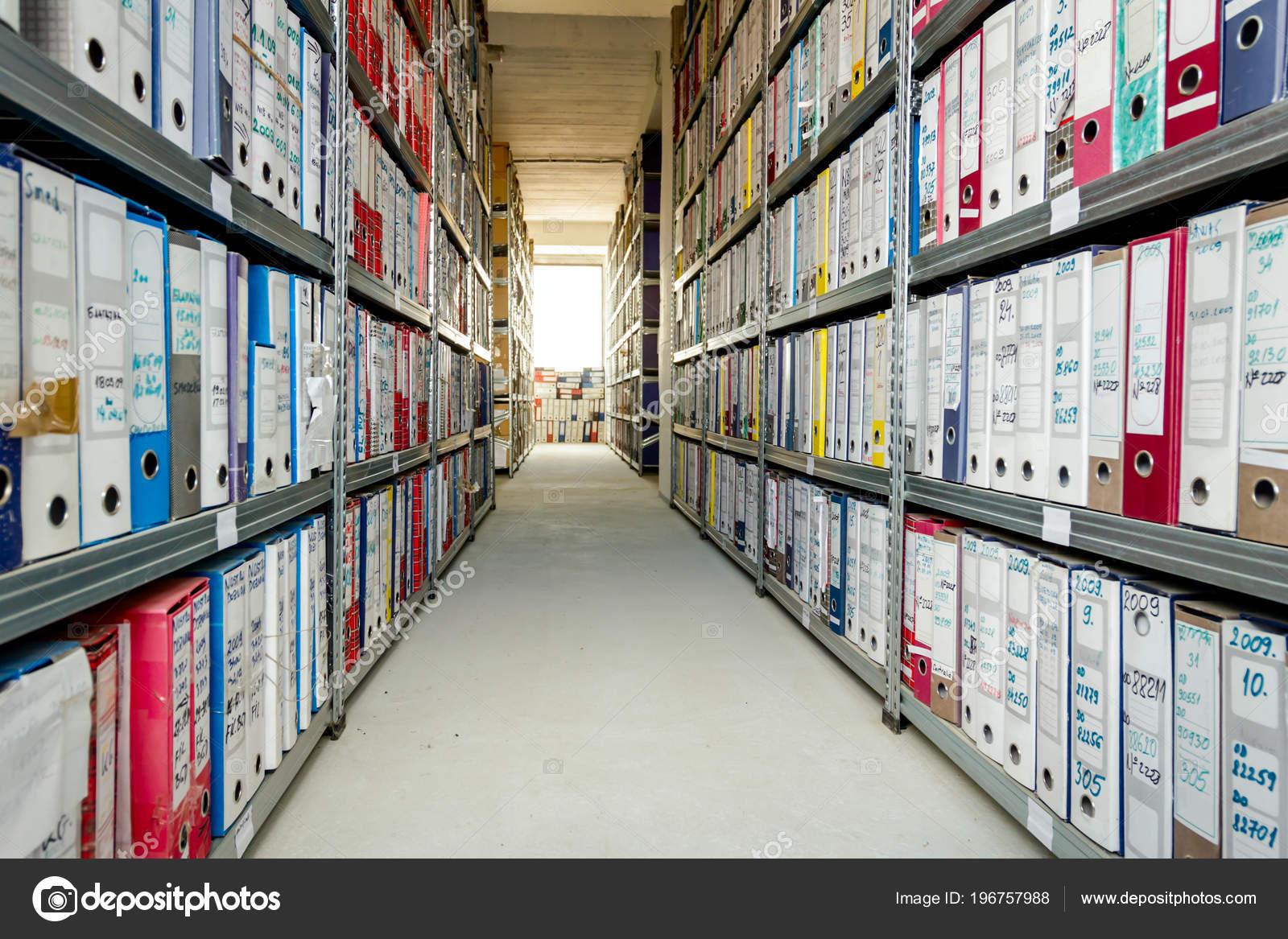 Pile file documenti collocati scaffali con cartelle documenti
