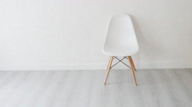 Het interieur van moderne minimalistische woonkamer met fauteuil