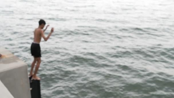 Zadní muž skočil do moře u pláže Hua Hin