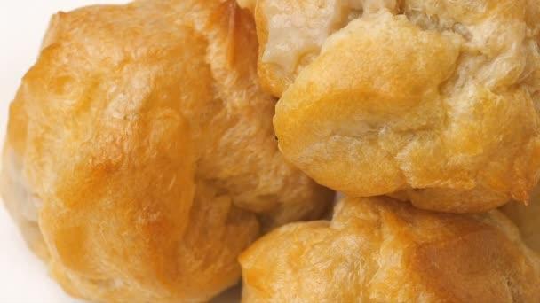 Čerstvé pečené plyšáka nebo crème profiterole nebo choux pečivo míč s sladkou a vlhkou náplň šlehané smetany