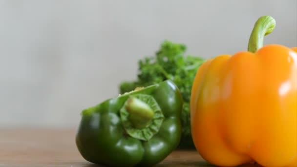 Petržele, červené, žluté a zelené chilli na stole