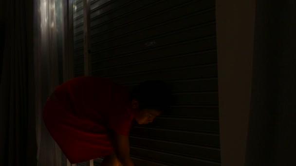 Chlapce otevírání posuvné ocelové dveře ráno