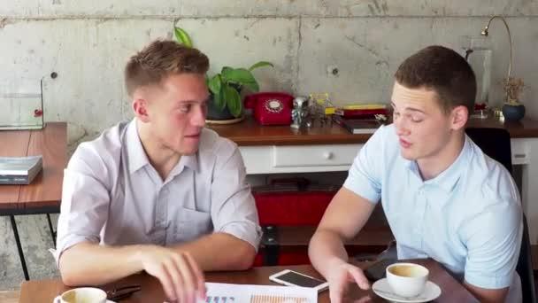 Start Teamwork-Brainstorming-Meeting-Konzept. Junges Unternehmen Team teilen World Economy Report, langsam
