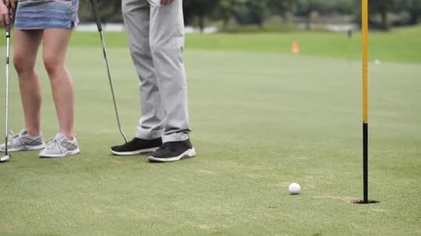Golf, golfový míček na zelené golf a chybějící otvor, pomalý pohyb