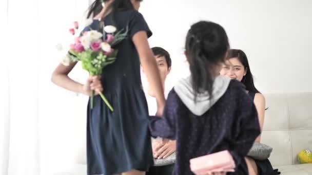 Asijské děti skrývá květinové a dárkové a překvapen, jejich rodiče, matku a den otců koncept