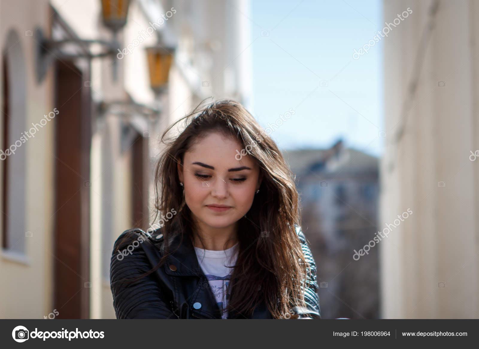 Какая девушка загадочная