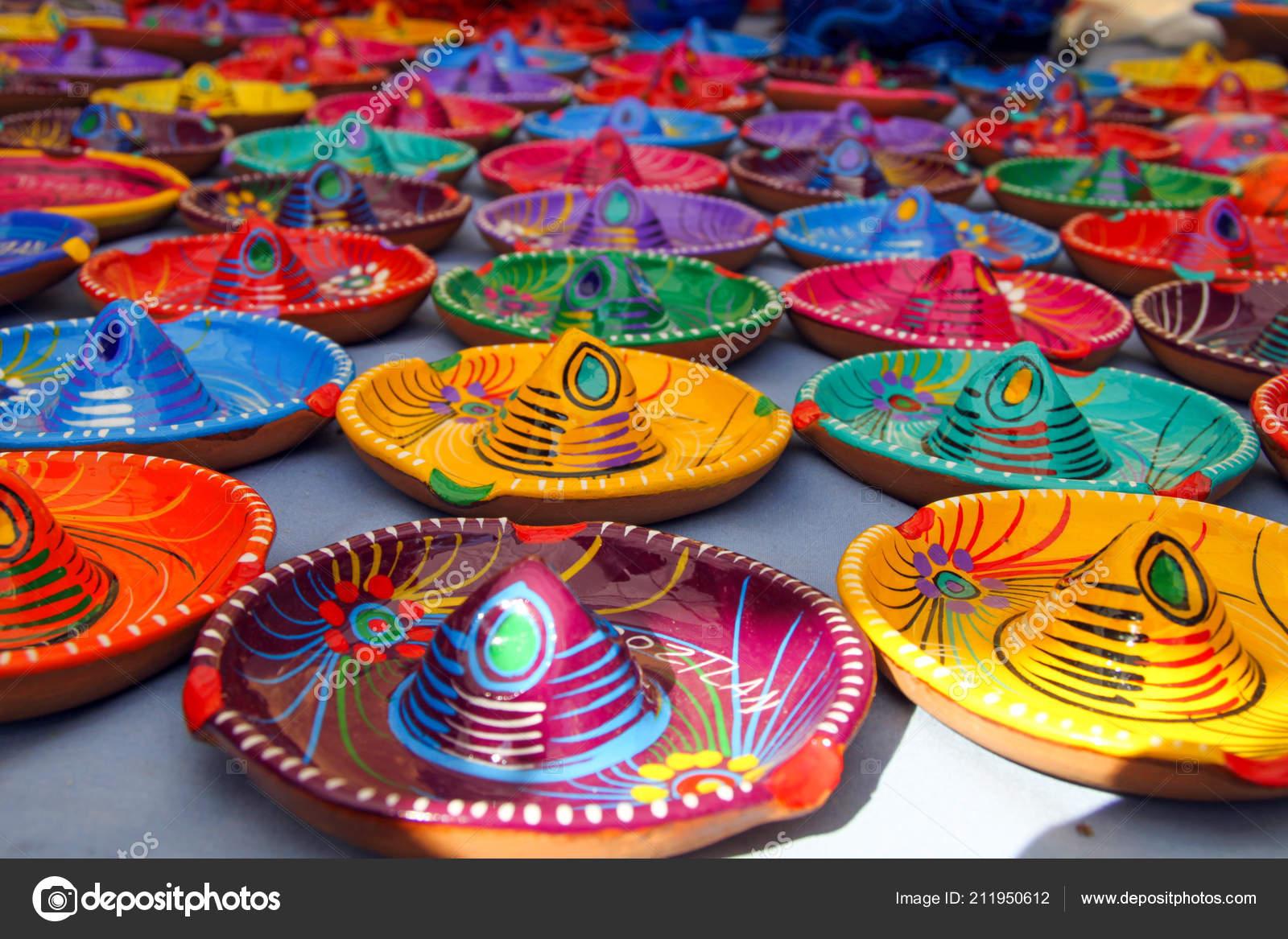Pestrobarevné tradiční mexické Sombrero klobouk popelníky na trhu Tepotzlan  stánku– stock obrázky 68ff21b2d3