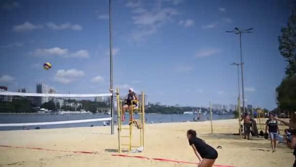 Rostov na Donu, Rusko-10. srpna 2019: rozkošné dívky hrají plážový volejbal. Přátelé sledují hru.