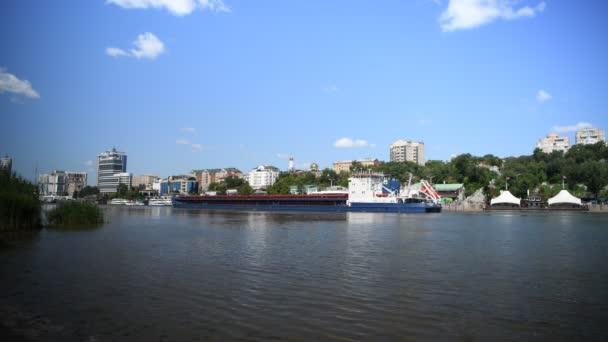 Rostow am Don, Russland - 11. August 2019 : Schiff entlang des Don-Flusses