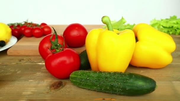 Vaření domácí zeleninový salát s cherry rajčátky, sýrem a křepelčích vajec