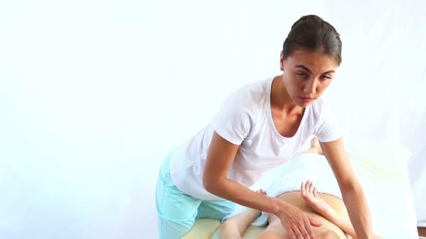 Žena - doktor ortoped masírování krku mladé ženy.