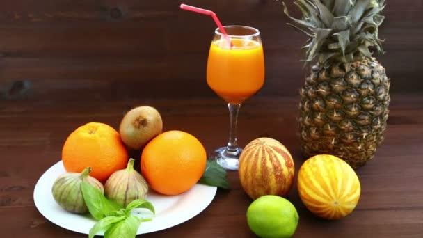 Vegetariánská strava. Na bílé plotně jsou vietnamské meloun, šťáva, fíky, pomeranče, ananas.
