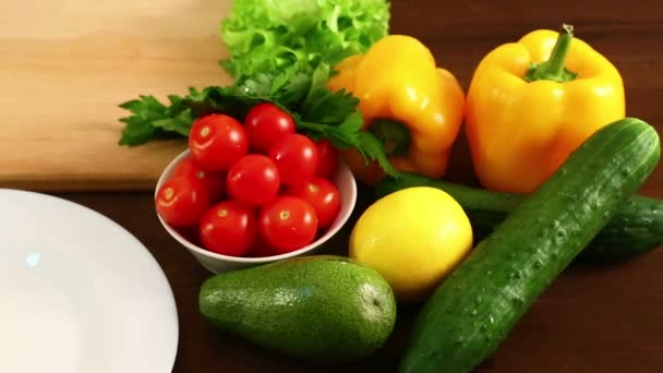Zubereitung von Salat auf Holztisch.