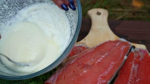 Žena se připravuje rybí omáčka. Shot s dolly zprava doleva