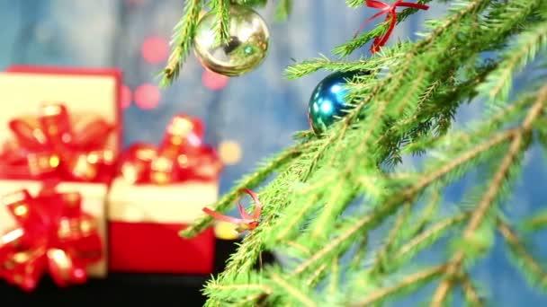 fa díszített golyó a herlands oldalán egy kék háttér és íjakkal ajándékok