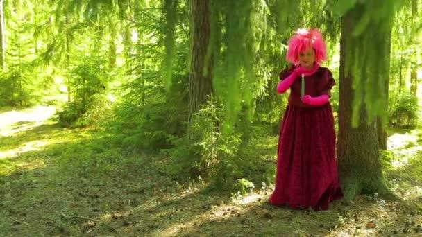 Egy fiatal nő egy boszorkány, egy erdő, egy gyertya képében részt magic.
