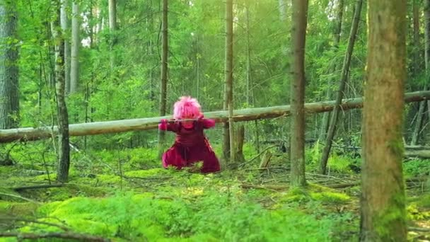 Egy fiatal boszorkány egy erdei tisztáson piros végez rituális műveletek személyzettel.