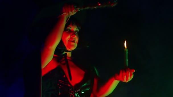 Tvář mladé čarodějnice v kouřové obolak se svíčkou v ruce čtení kouzla a vyrovnat se s magií s kouzelnou hůlkou