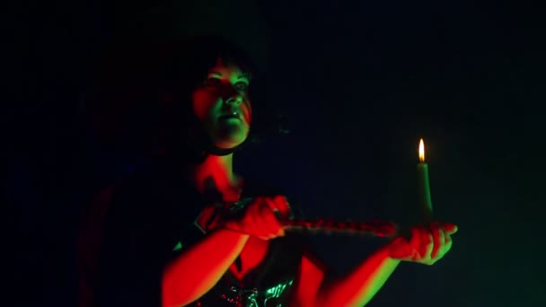 Az arca egy fiatal boszorkány egy füst obolak, egy gyertyát, a kéz foglalkozó varázslat-val egy varázspálca