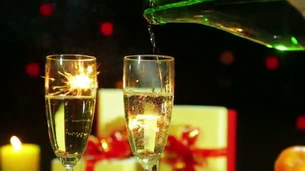 Feuerwerk aus Bengalkerzen und Gläsern, in die Champagner gegossen wird