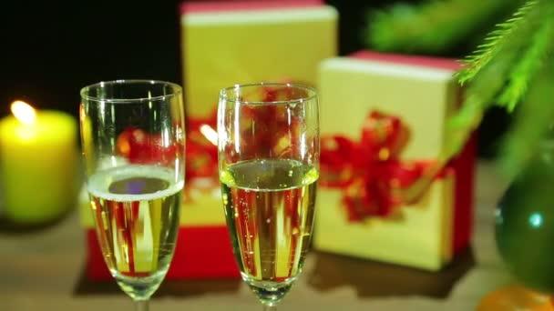 Gläser mit schäumendem Champagner auf dem Weihnachtstisch.