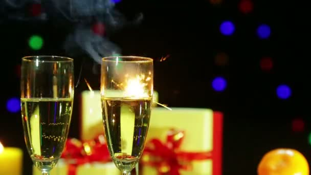 Naléval šampaňské na stole a ohňostroje z Bengálska svíčka