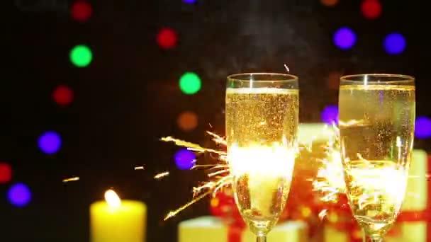 Bicchieri di champagne frizzante su uno sfondo di fuochi dartificio dal Bengala