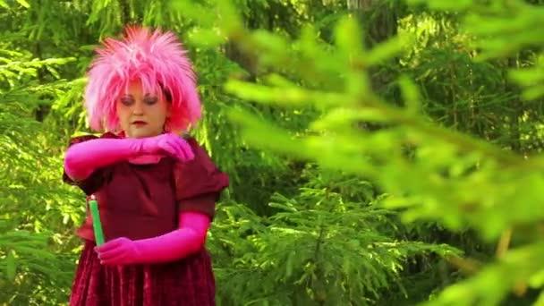 Mladé čarodějnice v lese vykouzlí hořící svíčku