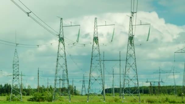 Mehrere Stromleitungsstützen befinden sich im Hintergrund der sich bewegenden Wolken. die Kamera ist statisch fixiert