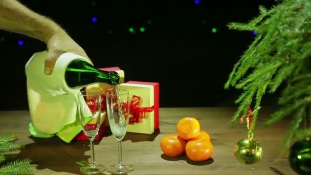 Ein Mann gießt schaumig Champagner in Gläser füllen. Gesamtplan.
