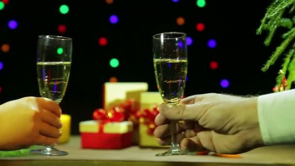 Mann und Frau feiern romantisch Weihnachten Neujahr mit sektgläsern in der Hand.