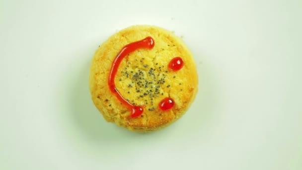 Soubory cookie s funny emotikonu narýsované čenich emoce radosti. Pohyb v kruhu