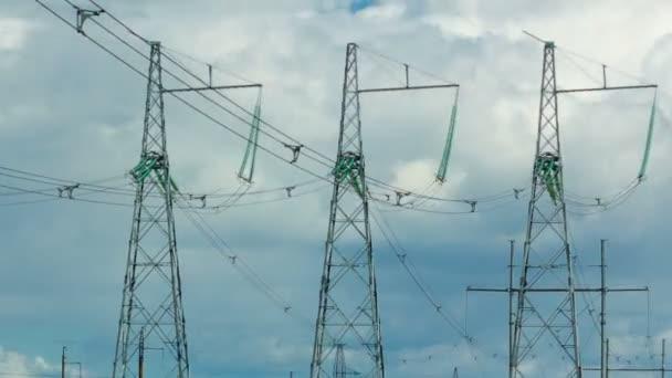Tři věže přenosu jsou na pozadí oblohy mraky běží na něm. Fotoaparát