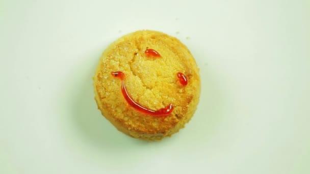 Soubory cookie s malovanými funny emotikonu čenich emoce smíchem. Pohyb v kruhu. Ručně vyrobené