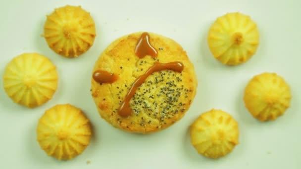 Máslové sušenky s kulinářskými barvou malované s funny emotikonu a obklopen malé soubory cookie. Pohyb v kruhu