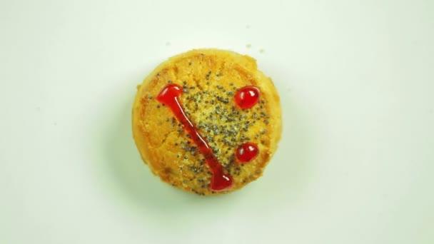 Soubory cookie s malovanými funny emotikonu náhubek emoce nespokojenosti. Pohyb v kruhu