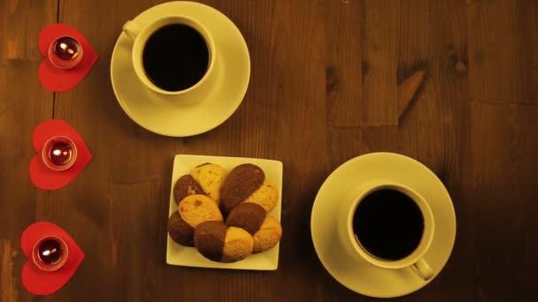 Dva šálky kávy a svíčky na stůl v kavárně. Detail