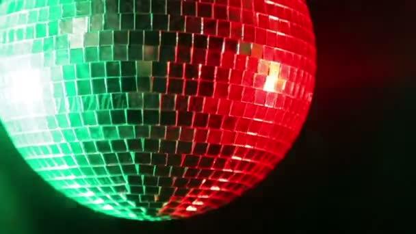 Tükör disco labdát a fekete háttér piros és zöld spotlámpák fényében